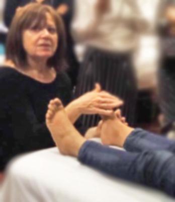 insegnante mostra come toccare i piedi