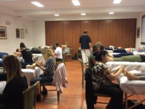 studenti praticano trattamento di riflessologia